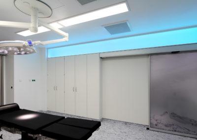 OP Saal mit eingeschalteter Deckenbeleuchtung und blaer LED Aktzentbeleuchtung