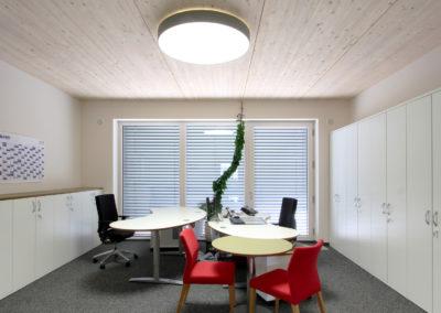 Einzelbüro von Holzbau Aumann, Flächenleuchte mit Lichtkorona