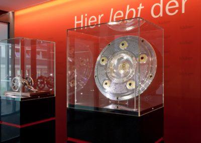Ausstellung Olympia Verlag Kicker Vitrinen mit Pokalen und Meisterschale, Grossaufnahme Meisterschale