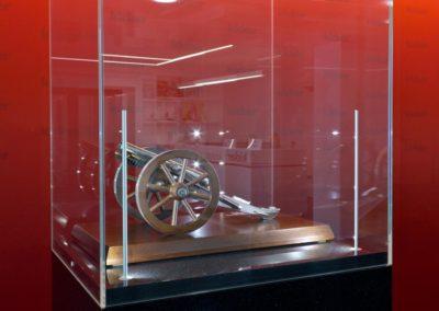 Ausstellung Olympia Verlag Kicker Vitrinen mit Pokalen und Meisterschale, Großaufnahme Kanone und Vitrinenbeleuchtung