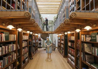 Blick in die 2 geschossige Bibliothek mit Galerie und Tageslichtdecke