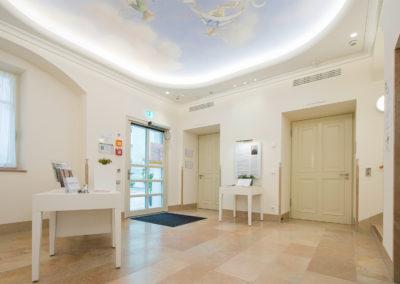 Eingangsbereich des Kulturhaus Würth in Künzelsau. Eine Lichtvoute beleuchtet das handgemalte Deckenbild