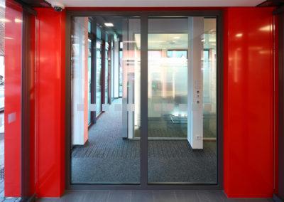 Eingang der Sparkasse Hilders mit Blick auf die Raum in Raum Elemente zur Kundenberatung