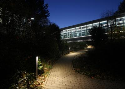 Schwan Stabilo Firmenzentrale, Blick auf die Brücke, Gebäudeverbindung mit Pollerleuchten