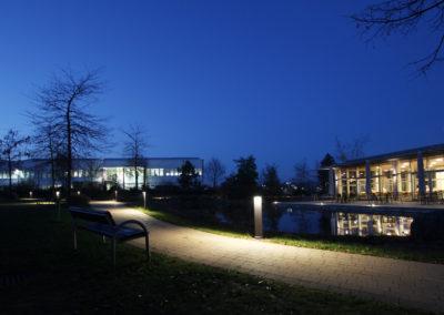 Schwan Stabilo Firmenzentrale, Blick in die Gartenanlage mit See und Pollerleuchten