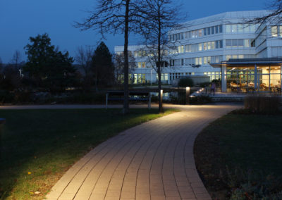 Schwan Stabilo Firmenzentrale, Blick in die Gartenanlage mit Pollerleuchten
